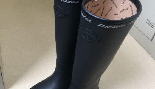 雨の日の長靴はとても快適です!あえて水たまりを歩きたくなります...「お洒落おじさん」より。